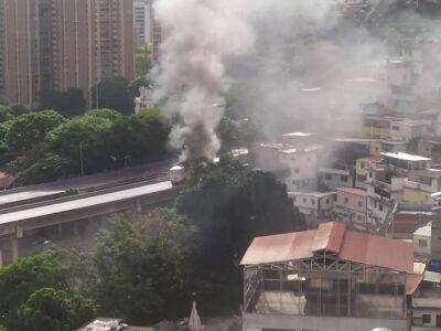 Bandas de la Cota 905 incendiaron gandola en el túnel de El Cementerio