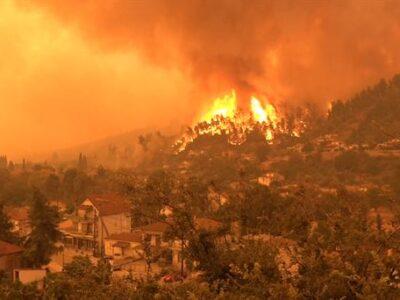 DOBLE LLAVE - Incendios forestales mantienen en alerta varias regiones de Italia