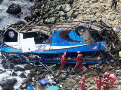 Al menos 26 muertos al caer un autobús al abismo en Perú