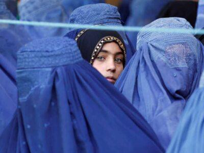 Talibanes autorizan a las afganas a ir a la universidad, pero separadas de los hombres