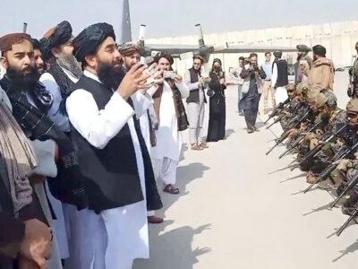 """Talibanes declaran la """"completa independencia"""" de Afganistán"""