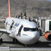 Talibanes exhortan a aerolíneas a reanudar vuelos hacia Afganistán