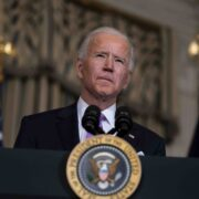 Fiscales amenazan con demandar a Biden por medidas contra el Covid-19