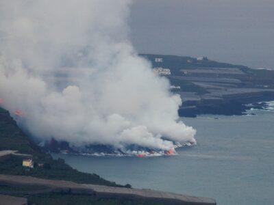 Lava del volcán de La Palma crea gases y un gran delta en el mar
