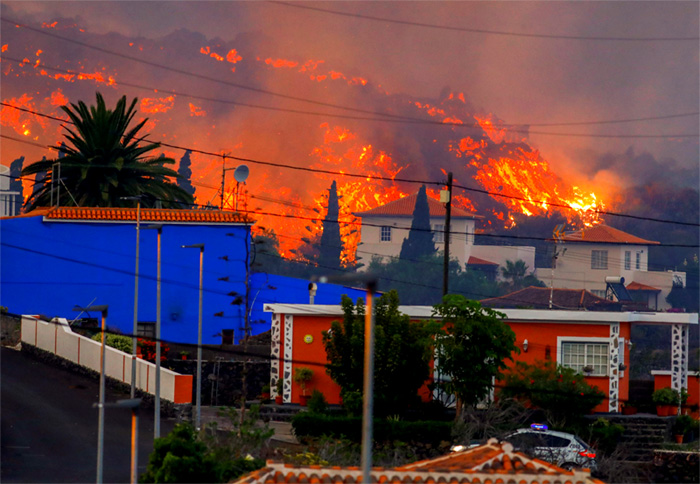 Volcán canario entra en fase explosiva y arrasa 320 viviendas