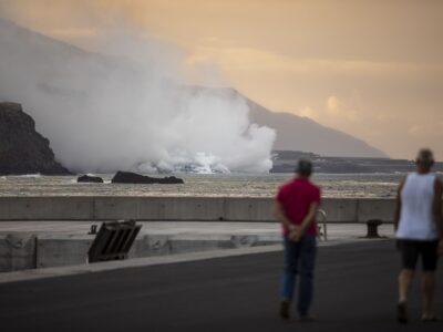 DOBLE LLAVE - La lava que alcanzó el mar en La Palma creó una isla baja