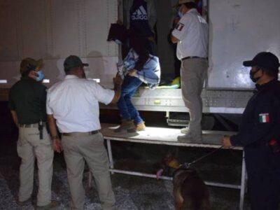 Autoridades mexicanas interceptaron a 652 migrantes transportados en tres camiones