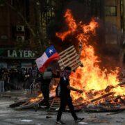 Dos muertos, una docena de heridos y 450 detenidos durante protestas en Chile