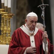 El papa repudió que las naciones inviertan en armamento